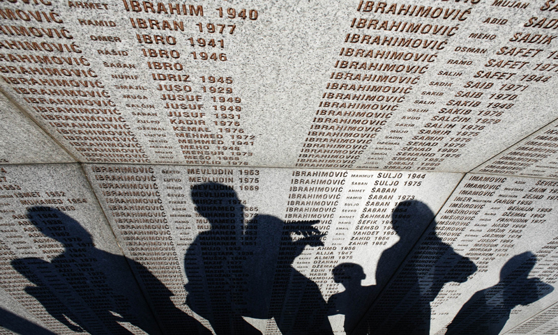 http://press.russianews.it/press/wp-content/uploads/2014/02/Un-memoriale-nel-cimitero-di-Potcari-Sebrenica-photo-Nikola-Solic.jpg